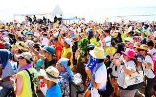 炎天下、強い日差しを浴びながらも盛り上がる来場者=14日午後、フサキリゾートヴィレッジビーチ