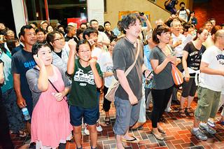 第41回八重山古典民謡コンクールの合格発表で、笑顔で喜ぶ受験者たち=14日夜、市民会館中ホール