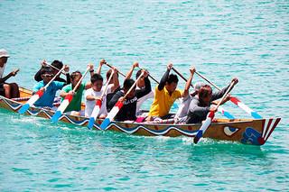 分かしハーリーに備え、軽めの練習で汗を流す中1組の漁業者ら=15日午前、石垣漁港
