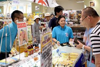 第3回「石垣島フェア」で特産品をPRする夏川りみさん(中央右)=13日、東京都中央区の銀座わしたショップ