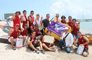 2年ぶり2回目の優勝を果たしたNFS川良山グループのメンバー=19日午後、石垣漁港