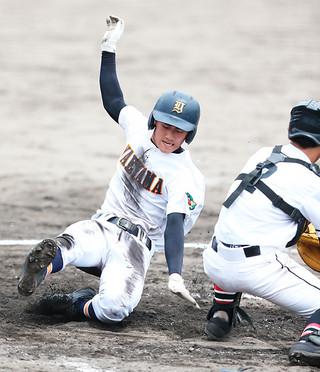 開幕した第97回全国高校野球選手権沖縄大会1回戦の宮古総実戦で7回裏に名嘉真敦希のスクイズで生還した八重高の友利有也=20日午後、宜野湾市立野球場