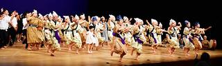 フィナーレで観客と踊る八重高郷土芸能部の部員ら=20日夜、石垣市民会館大ホール