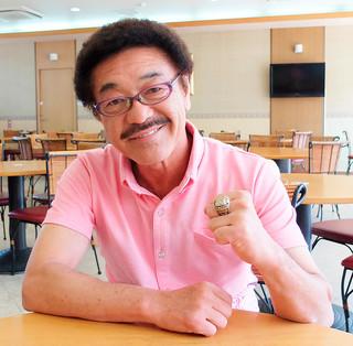 国際ボクシング殿堂入り後、初めて帰省した具志堅用高氏。贈呈された記念指輪をはめ、「何事も一生懸命に」とエールを送る=20日午前、石垣市内のホテル