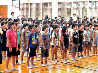 八重山戦争マラリア遺族会の平和集会のコンサートで「月桃」を歌う児童たち=22日午前、真喜良小体育館