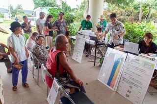 特定健診を受診する住民ら=24日午後、三和構造改善センター