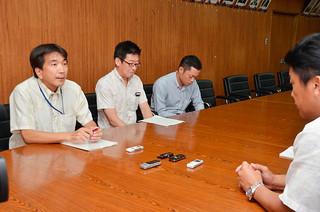 近く現地調査に入ることを説明した沖縄防衛局の森浩久企画部長(左)=24日午後、庁議室
