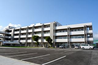 落成した八重山高校の新校舎。手前は駐車場として活用されている=26日午後、同校