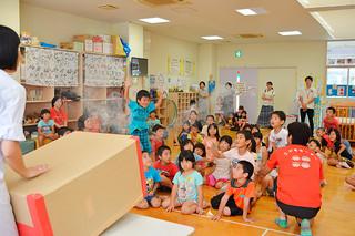 空気砲の実験に興味津々の様子で見入る石垣市子どもセンターの子どもたち=27日午後、同センター