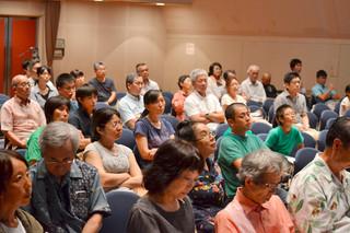 シンポジウムに訪れた市民。ヤマネコの保護について理解を深めた=28日午後、市民会館中ホール