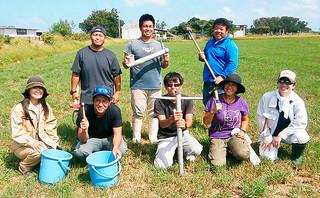 草地の土壌採取に参加した黒島農業青年クラブの会員ら(八重山農林水産振興センター農業改良普及課提供)=26日午後、島内の草地