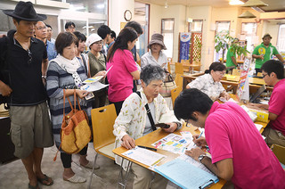 石垣島プレミアムクーポンの購入に多くの市民や観光客が詰めかけた石垣市特産品販売センター=1日午後