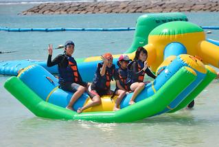 海遊びを楽しむ八重山特別支援学校中等部の生徒ら=2日午前、マエサトオーシャンパーク