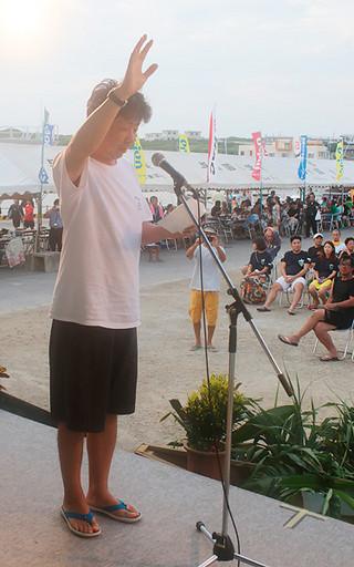 日本最西端与那国島国際カジキ釣り大会で選手宣誓をする植手章さん=3日午後、久部良漁港特設会場