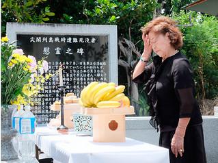 慰霊碑の前で焼香し、涙を流す生還者の宮良和子さん=3日午後、尖閣列島戦時遭難死没者慰霊之碑前