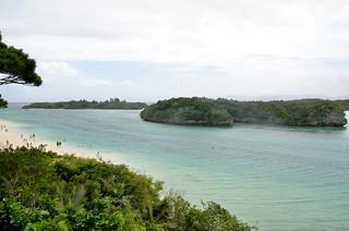 台風9号の接近でグラスボートが陸揚げされ、昔ながらの景観が戻った川平湾=9日午前