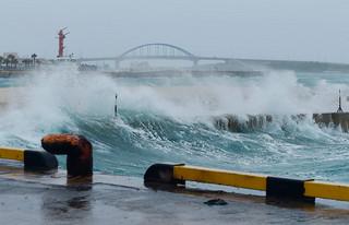 石垣島地方に最接近した台風9号の影響で岸壁を越える高波=10日午前、石垣港