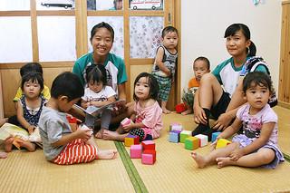 あいの保育園で職場体験をしている石垣中学校の与儀和花さん(左)と黒島萌花さん=14日午前、あいの保育園