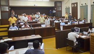 意見書の採択をめぐって賛否が割れた石垣市議会。写真は「報道機関への言論圧力・県民侮辱発言への抗議決議」案の採決=14日午前、議場
