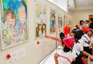 図画や作文などが展示されている「第25回児童・生徒の平和メッセージ展」=15日午前、八重山平和祈念館