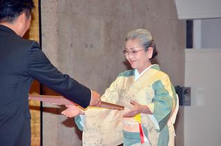 22人に賞状を贈った石垣市の市政功労者表彰式=16日午後、市民会館中ホール