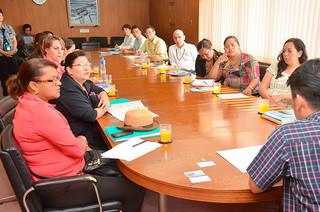 中山義隆市長を表敬訪問したJICAの研修員ら=17日午前、庁議室