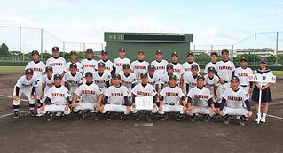 八重山地区高校野球新人大会を全勝で優勝を飾った八重山高校チーム=19日午後、市中央運動公園野球場