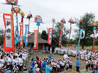 大浜の豊年祭ムラプールでオーセの境内に勢ぞろいした10本の旗頭=19日午後、崎原道路沿いの番所(オーセ)