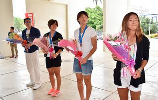 歓迎セレモニーに臨む大儀見優季、熊谷紗希、永里亜紗乃の各選手と木場克己氏(右から)=22日午前、市役所ピロティ