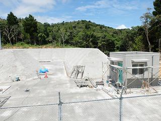 建設工事が進められている不発弾保管庫。右の建物は警備室、左端に保管庫がある=22日午後、屋良部半島内