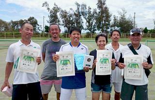 第36回先島親善テニス大会で上位成績を収めた左から江村実善、星貞俊、国仲恵亮、玉代勢香織、伊敷弘俊、喜舎場健二(八重山テニス連盟提供)