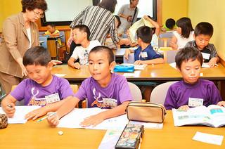 まいふなー教室で夏休みの宿題に取り組む児童ら=28日午前、市立図書館会議室