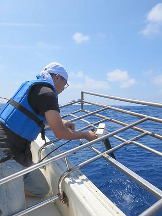 海底の地殻変動調査を行う生田領野氏=27日午後、波照間島南方60㌔の海上(生田氏提供)