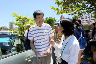 台湾人観光客をタクシーまで案内する大城稜さん=30日午後、港湾道路