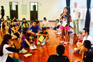 英語で自己紹介するイングリッシュ・サマー・キャンプの参加者=3日午後、石垣青少年の家体育館