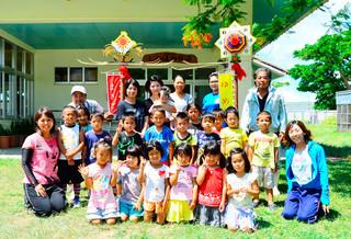 旗頭を寄贈した宮良尚雄さん(後列右端)としらほ幼稚園の子どもたち=5日午前、同幼稚園