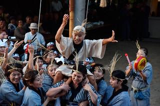 四カ字豊年祭ムラプールのアヒャー綱でブルピトゥの大役を務めた入嵩西尉子さん(中央)=6日午後、真乙姥御嶽