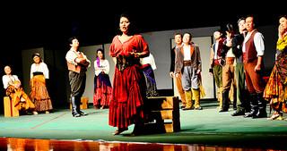 森山京子さん(中央)が主役を務めたオペラ「カルメン」=9日夕、石垣市総合体育館