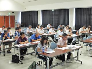 OKINAWA離島コンテンツフェアの内容について説明を受ける観光関連事業者ら=11日午後、県八重山事務所会議室