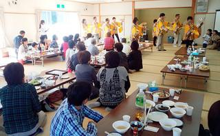 そばや踊りで岩手県宮古市近内地区の住民と交流した「第4回ふれあい交流会」=2014年11月19日(八重盛48の会提供)