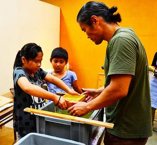 シマグワを原料に紙作りを体験した子どもたち=14日午後、八重山博物館特別陳列室