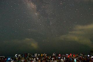 ライトダウンで満天の星が広がった南の島の星まつり2015星空観望会の会場=15日夜、南ぬ浜町緑地公園