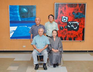 八重山博物館に寄贈された新城剛さんの作品「ニライカナイ」(左)と「祓」。前列右は新城知子さん=19日午後、同館