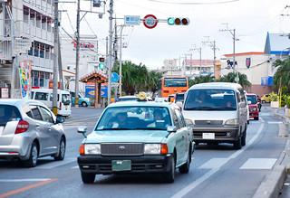 交通量の増加で道路状況が過密化し、交通事故が多発している市内真栄里の慶田山交差点=19日夕、同交差点
