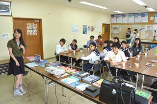 八重山高校出身の長谷部郁さん(左)ら琉大地域医療研究会のメンバー9人が大学生活などについて説明した交流会=22日午後、同校会議室