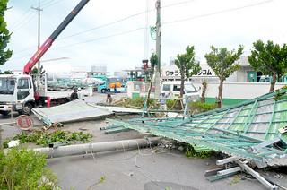 台風15号の暴風で鉄骨製のプレハブ屋根が飛ばされて電柱を倒壊した=24日午前11時20分ごろ、りゅうせき八重山支店前