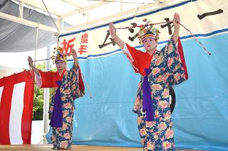 14年ぶりに「玉踊り」を披露した大嶺さん(右)と波照間さん=27日午後、波照間公民館