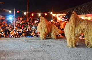 多くの観客が訪れた登野城の獅子祀り=29日夜、石垣市登野城の新城家