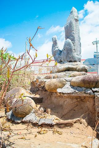 土台のコンクリートが壊れ、土砂が流れ出ている仲間満慶山終焉之地碑=8月31日午前、名蔵湾のケーラ崎