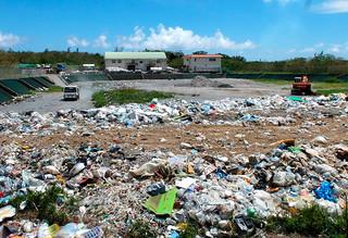 2014年度末の時点で埋め立て残余年数が9年と試算されている石垣市最終処分場=2日午後